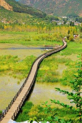 瀘沽湖像寶石鑲嵌在滇西北高原的萬山叢中