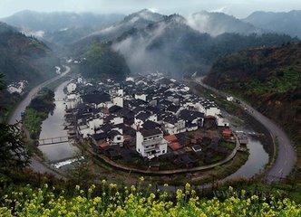 婺源的村莊似乎永遠都是碧水環繞、青山依傍