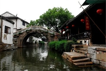 我一身旅者的行頭,帶著濕漉漉的雙腳踏進蘇州古鎮