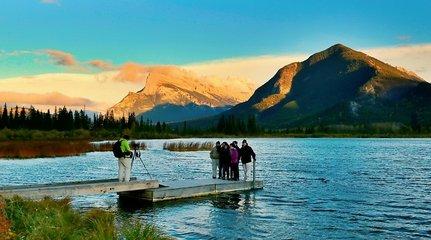 加拿大落基山脈:彩霞繚繞的皚皚雪山,別樣的清淨幽美