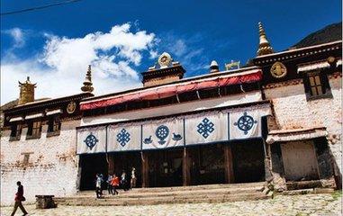 色拉寺可能不如哲蚌寺宏大多彩,但這裏的辯經活動絕對是非常有特色的