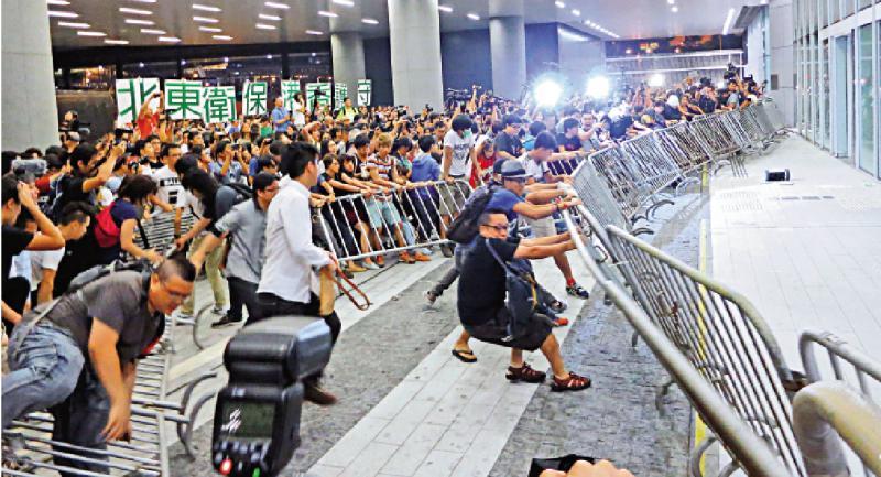 社民連黃浩銘等衝擊立法會裁定「非法集結」