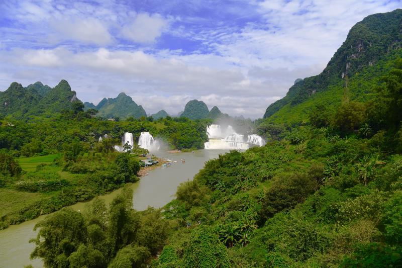 海外华文媒体中越边境观亚洲第一跨国瀑布 流连山水画廊