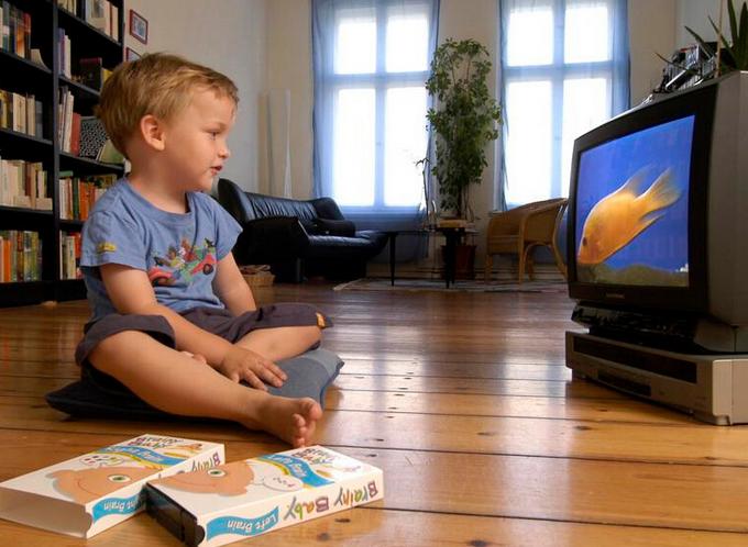 小孩子看電視適量有大效益