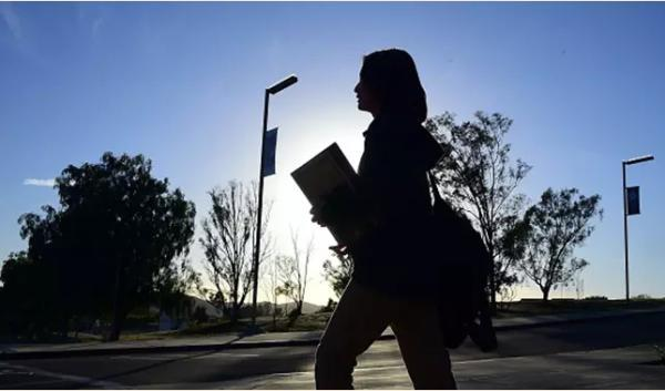20歲留美女生5年因抑郁厭學逃學:恨父母送自己出去