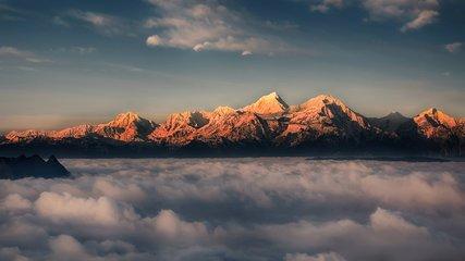 貢嘎山是名副其實的生長且行走的雪山