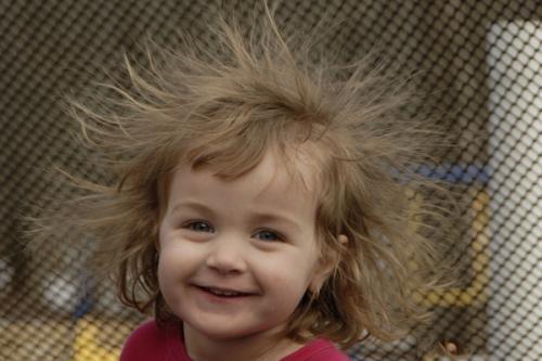 """梳頭時總是""""發絲飛揚"""" 妳知道如何對付靜電嗎?"""