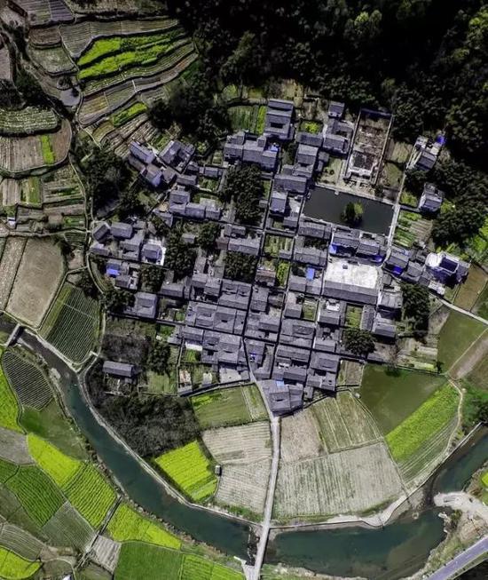 皖南古鎮:三面環山展畫景,一條綠水奏琴音